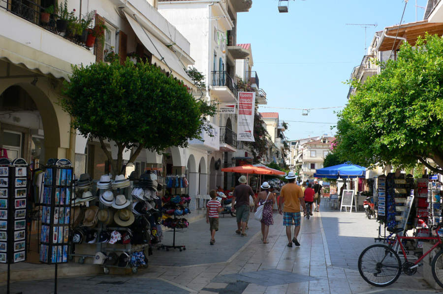Calle peatonal turística en Zante