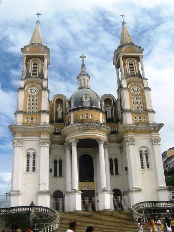 Vista frontal de la Catedral de São Sebastião