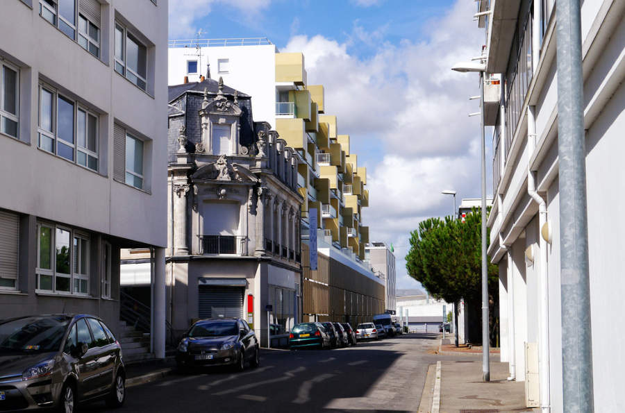 Estrecha avenida de Saint-Nazaire