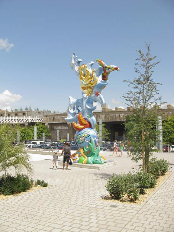 Estatua en la plaza Place de l'Amérique Latine en Saint-Nazaire