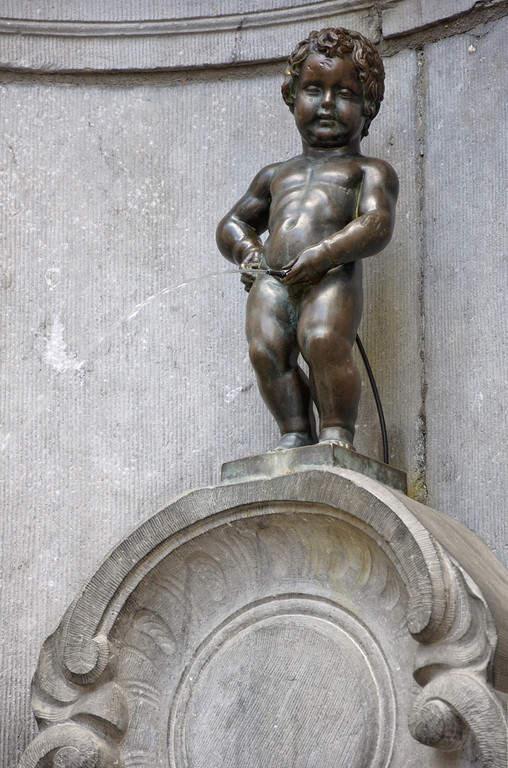 Manneken-Pis, famosa estatua en Bruselas