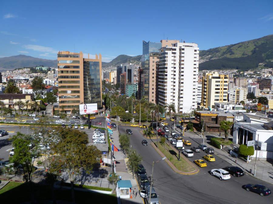 Amplia avenida en Quito