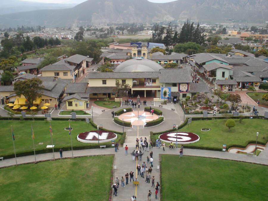 Ciudad Mitad del Mundo, ubicada a 13 kilómetros de Quito