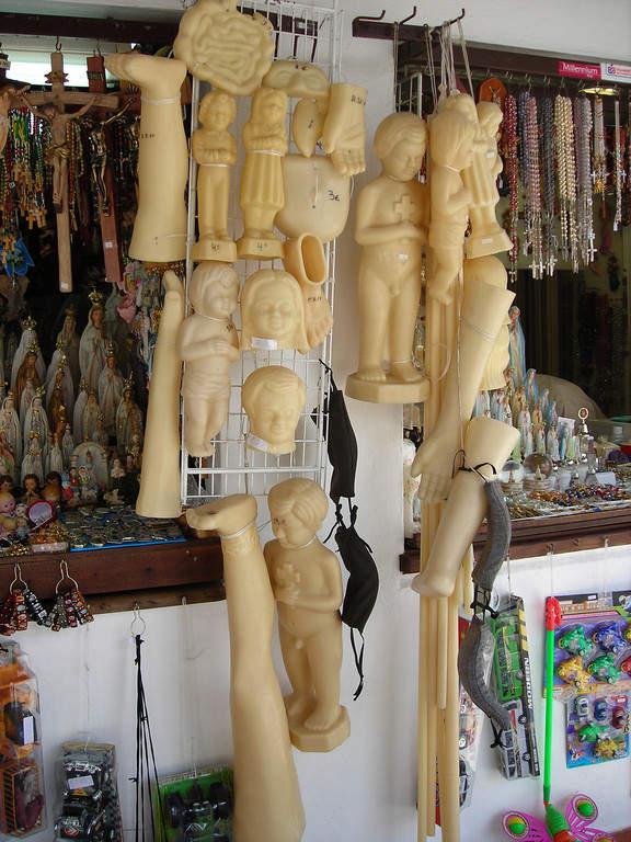 Recorre las tiendas de figuras religiosas en Fátima