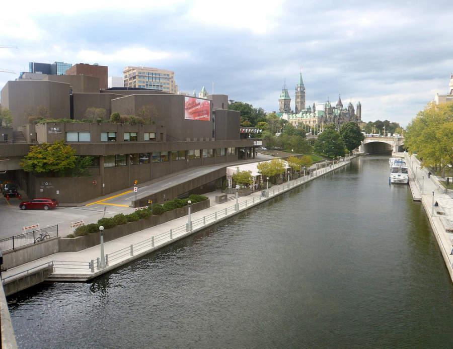 El canal Rideau atraviesa la ciudad de Ottawa