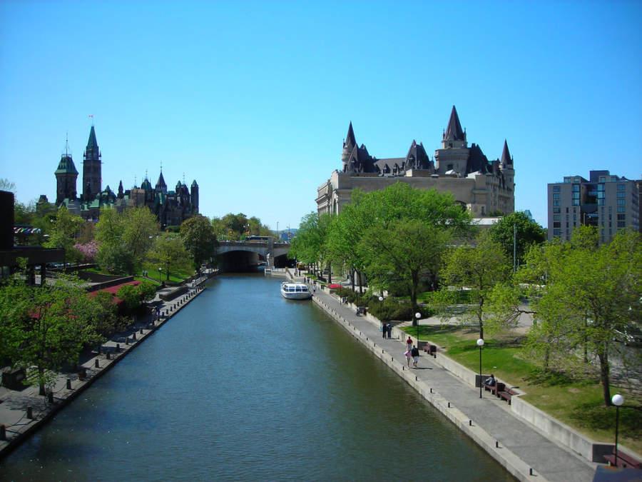 Vista del canal Rideau y al fondo la Colina del Parlamento