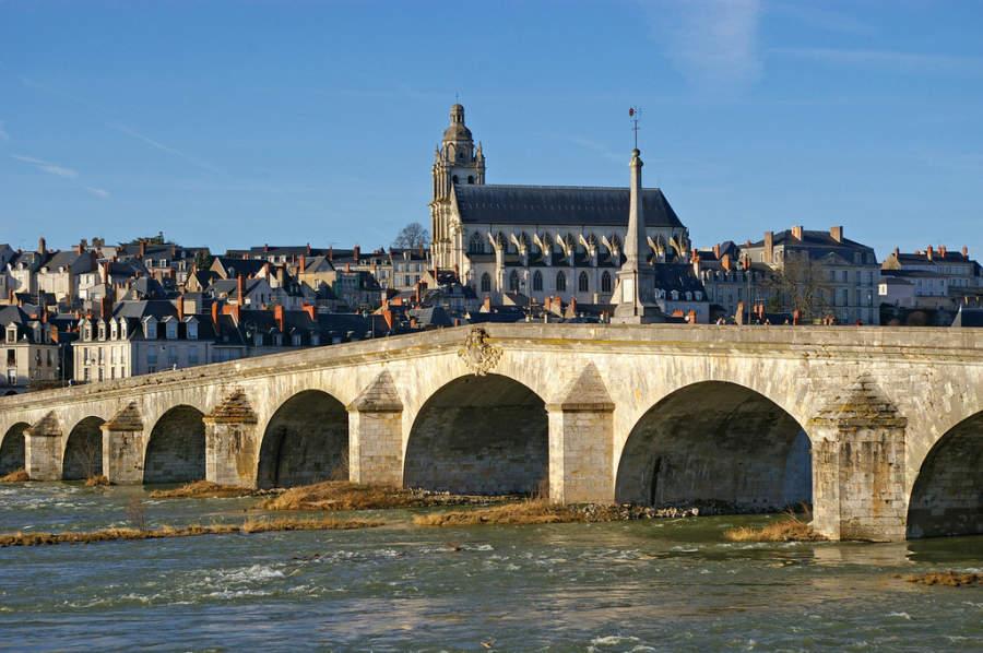 Puente Jacques-Gabriel, uno de los cruces del río Loira