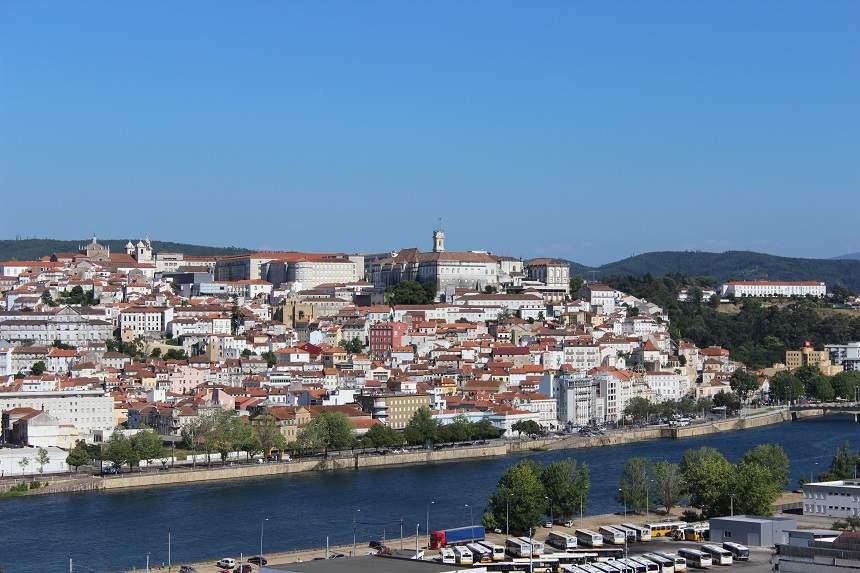 Panorama de la ciudad de Coímbra a orillas del río Mondego