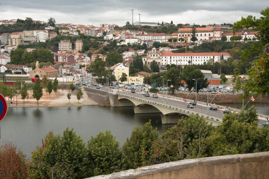 Vista de Coímbra y un puente que atraviesa el río
