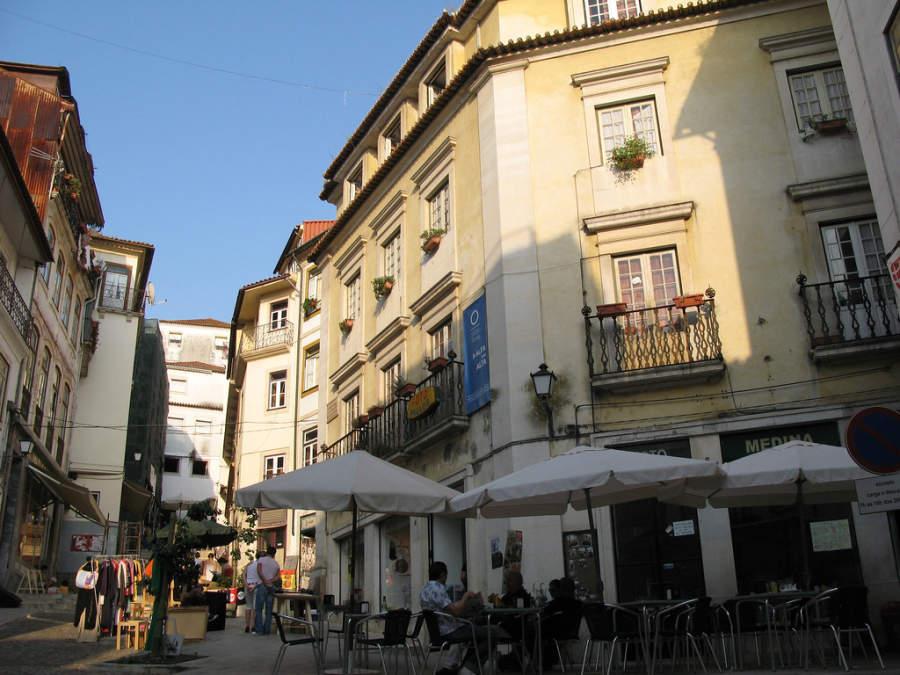 Mesas de un restaurante en una calle de Coímbra