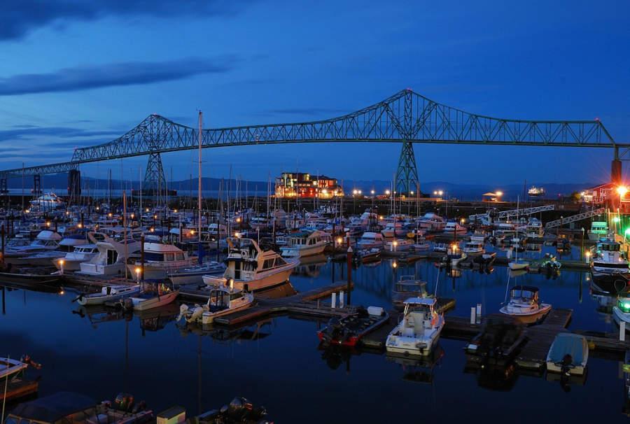 Marina de Astoria al anochecer