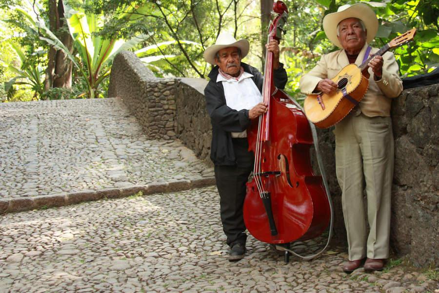 Conjunto músical típico en la ciudad de Uruapan
