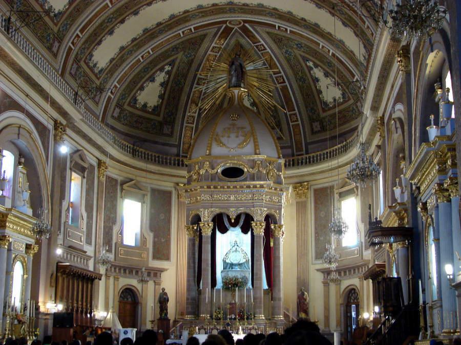 Interior de una iglesia en Uruapan