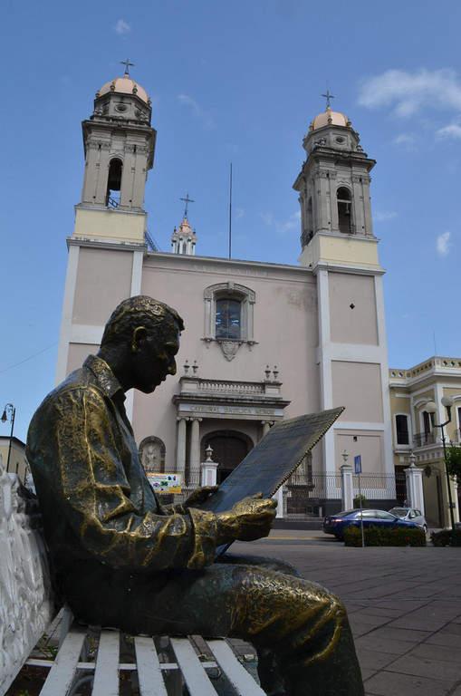 Estatua a las afueras de la Catedral de Colima