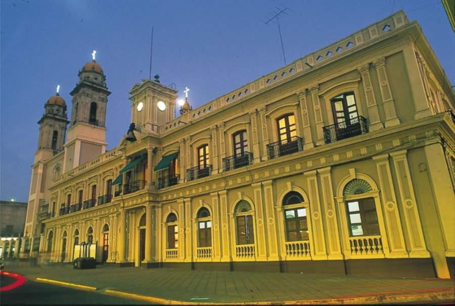 Fachada de estilo neoclásico del Palacio de Gobierno de la ciudad de Colima