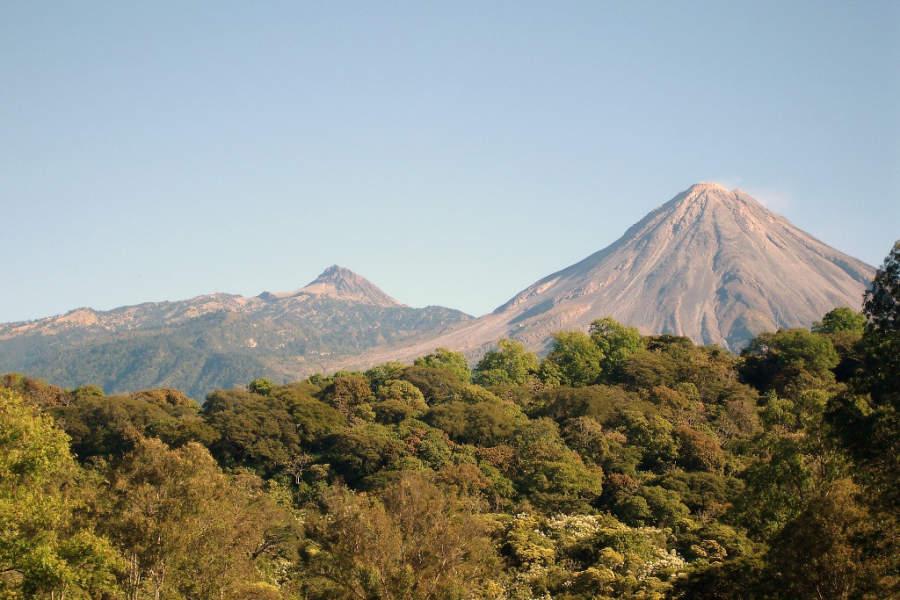 Vista panorámica de los volcanes que rodean Colima
