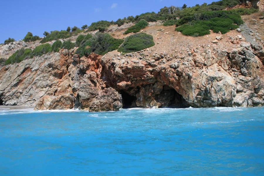 Cueva en la costa de Alanya