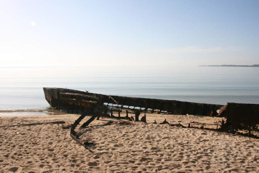 Restos de un barco de guerra a la orilla de la playa