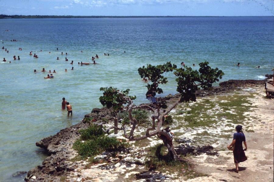 Locales disfrutando el mar en Playa Larga