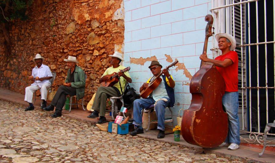 Músicos en una avenida de Trinidad