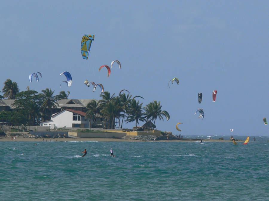 La bahía de Cabarete es ideal para practicar kitesurf