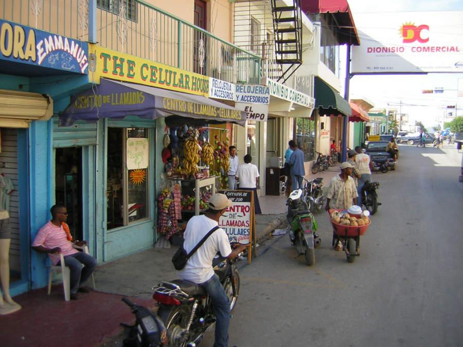 Comercios en una calle de Higüey