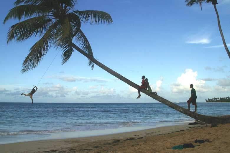 Niños jugando a la orilla de la playa en Las Terrenas