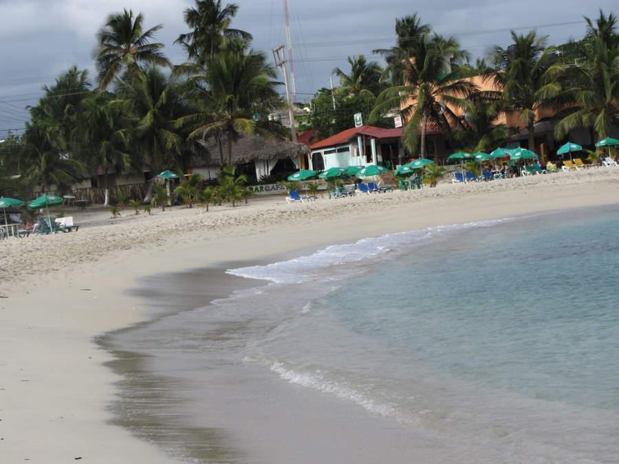 Playa con camastros y sombrillas en Juan Dolio