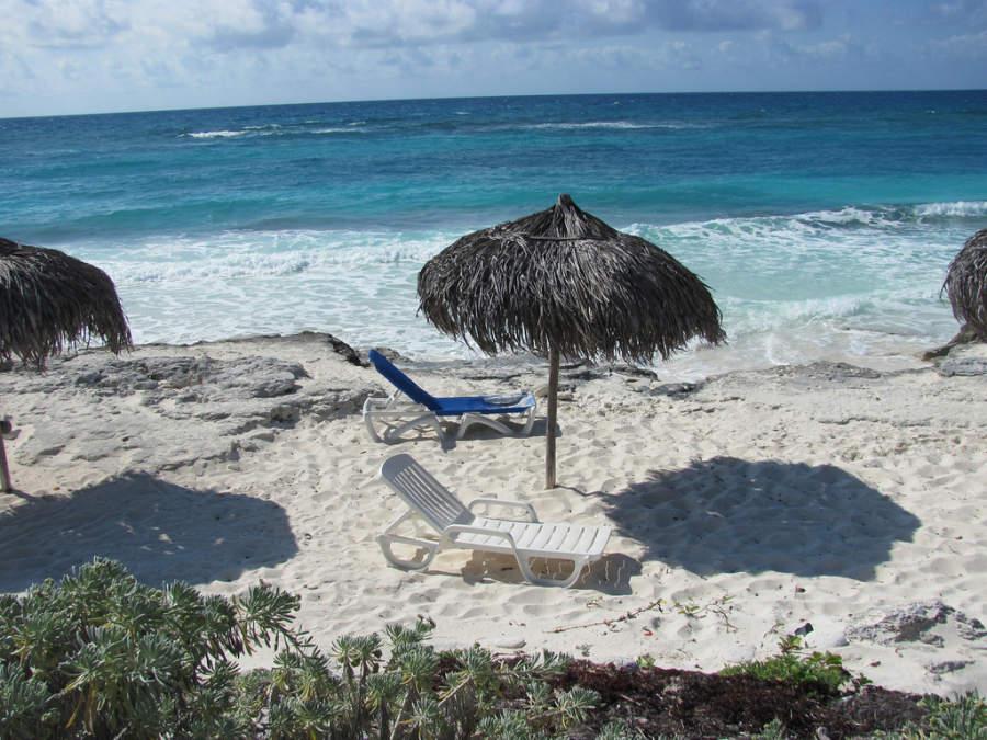 Camastros en una playa de Cayo Largo