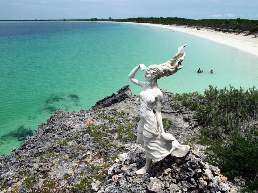 Escultura frente al mar en Cayo Las Brujas