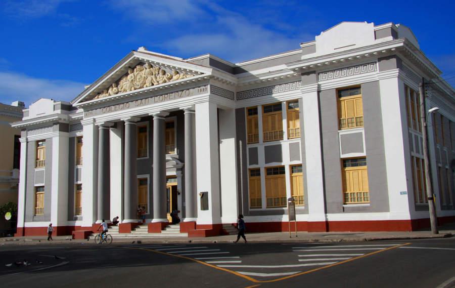 Fachada del Colegio San Lorenzo en Cienfuegos