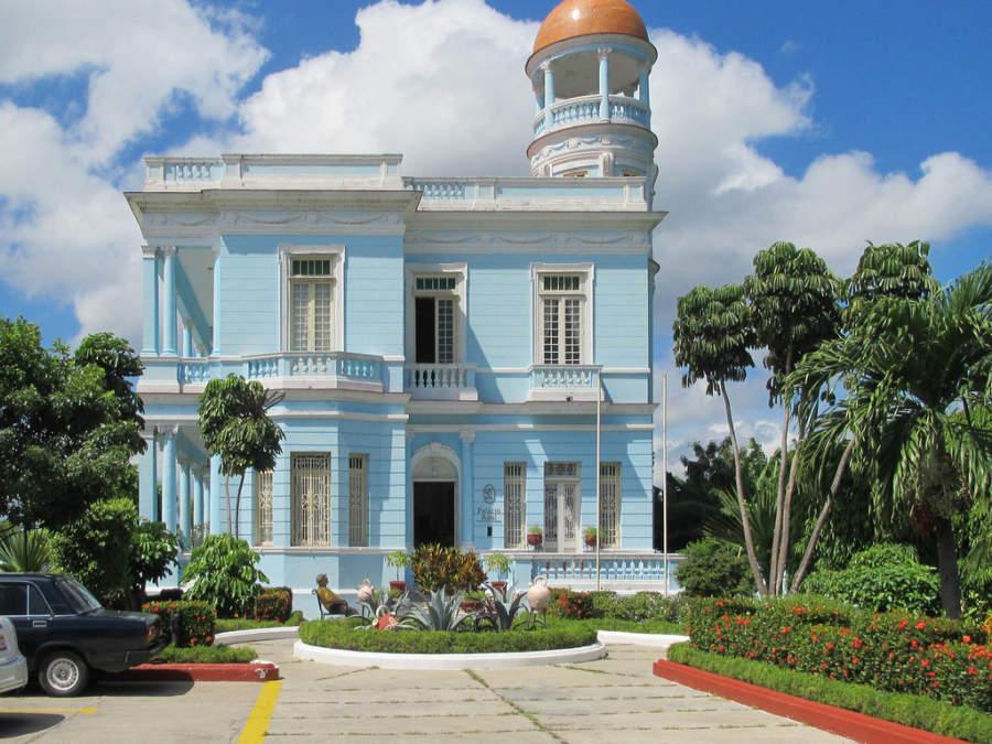 Palacio Azul, hotel estatal en Cienfuegos