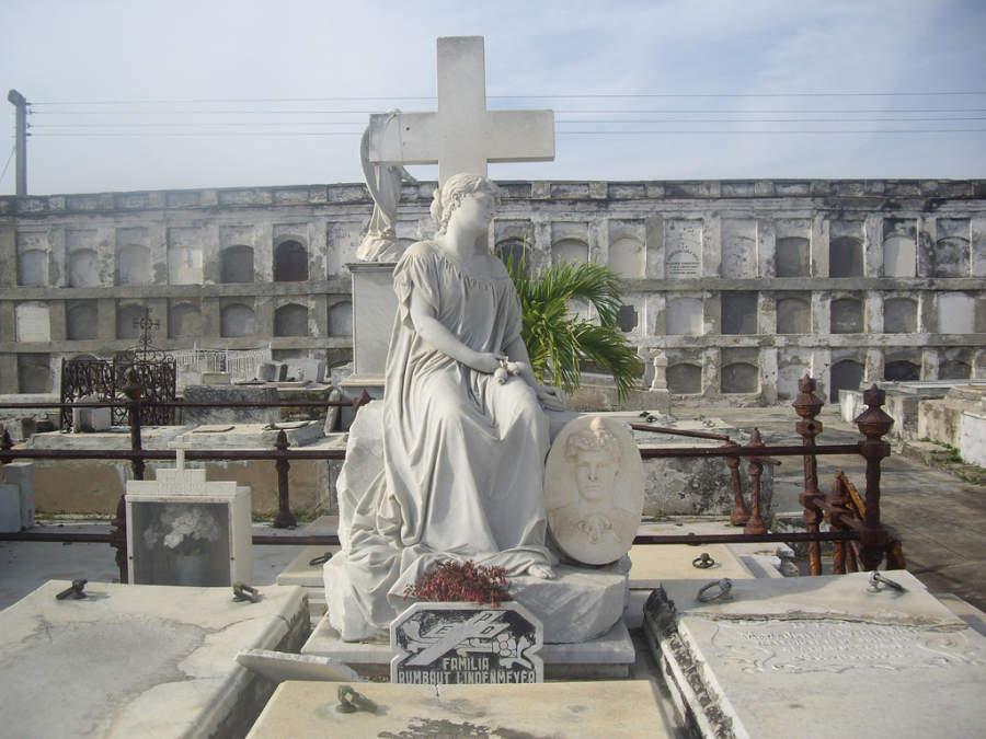 Estatua de La Bella Durmiente en el Cementerio de Reina