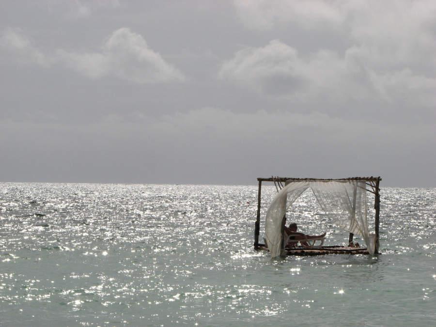 Turistas flotando en el mar en Playa Santa Lucía
