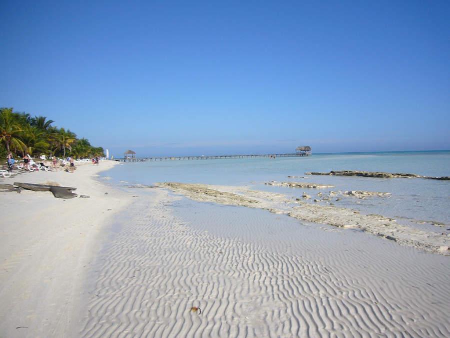 Costa de arena blanca en Playa Santa Lucía