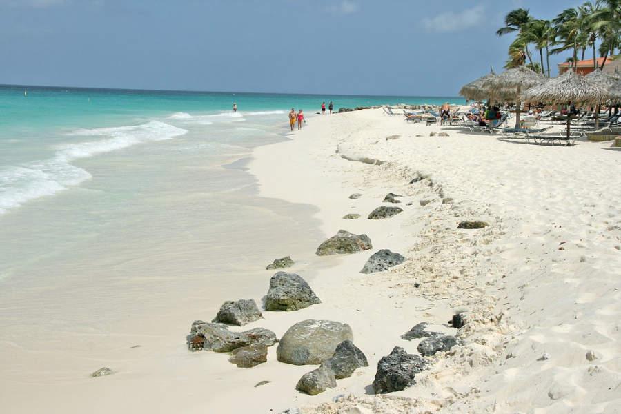 Turistas en la playa de Eagle Beach