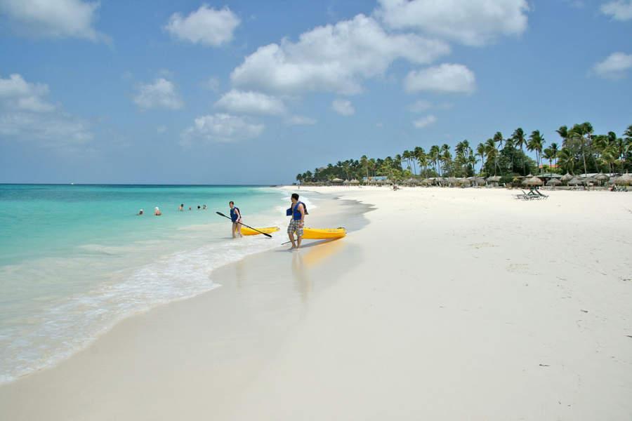 Las playas de Eagle Beach son ideales para practicar deportes acuáticos
