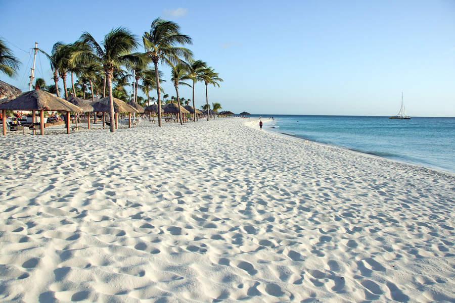 Arena blanca en la playa de Eagle Beach