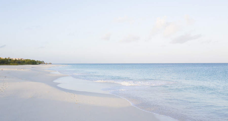 Playa tranquila en Eagle Beach
