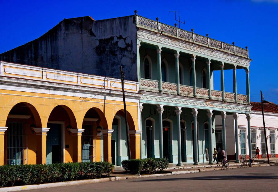 Edificios coloniales en la plaza principal de Remedios