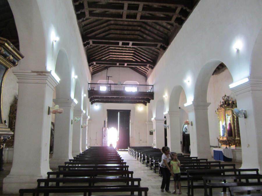 En el interior de la Iglesia San Juan Bautista hay 13 altares enchapados en oro