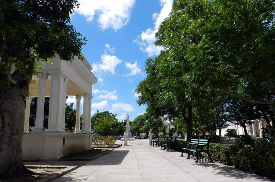 Parque Peralta, popular área de reunión para locales y turistas en Holguín