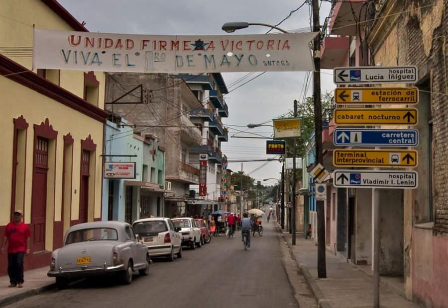 Avenida en el centro de Holguín