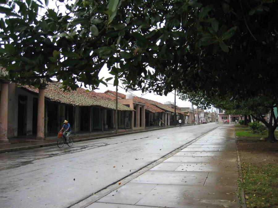 Tranquila avenida en un día lluvioso en Holguín