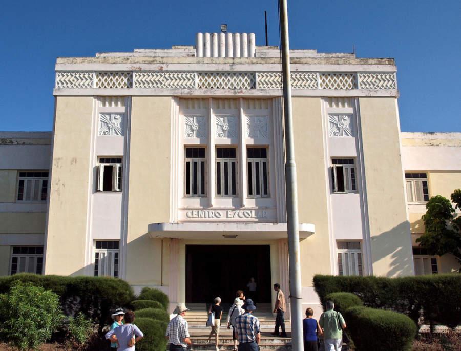 Centro escolar con fachada art decó en Holguín