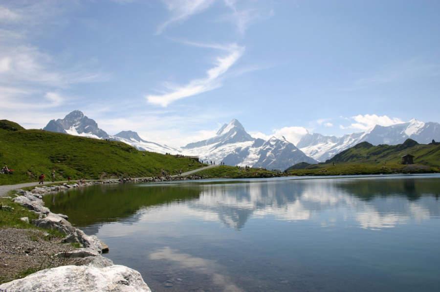 Vista panorámica del lago Bachalpsee y los Alpes