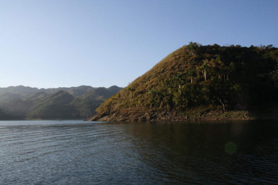 Vista de una montaña desde el lago de Hanabanilla