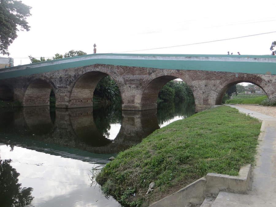 Vista lateral del puente sobre el río Yayabo
