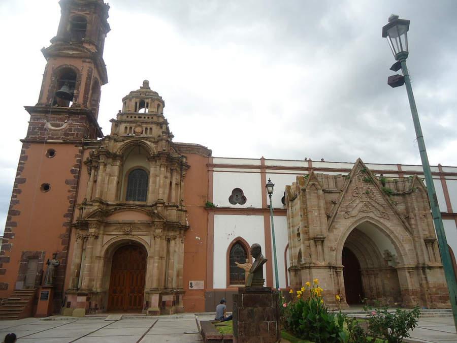Vista de los templos de San Francisco y San Juan Diego (antiguo Santuario Guadalupano) en Zamora