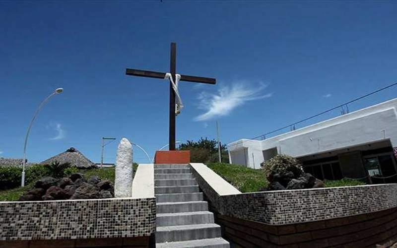 Cruz frente al jardín principal en Cruz de Huanacaxtle